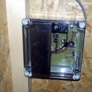 Tür für Hühnerstall mit Akku oder Batteriebetrieb.